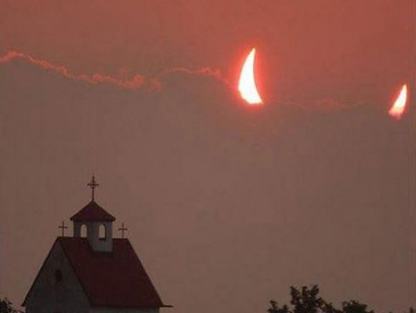 Eclipse-devil-horns-church-all-timed-perfectly-resizecrop--
