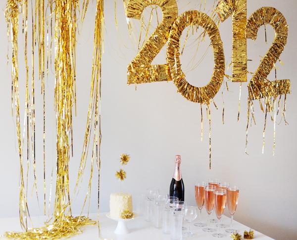 Svetlucavi-broj-i-konfete-nova-godina-radio-pingvin-dobro-je-znati-novogodisnja-dekoracija